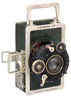 Dr. Rudolph - Cosmos 35 - Dr. Rudolph's Spezial-Kamera Cosmos 35, c. 1922 Green leathered metal camera, dimensions without lens and fittings 65 x 105 x 38 mm.