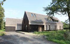 Die lang gestreckte Gebäudeform mit Satteldach orientiert sich an traditionellen Bauernhäusern