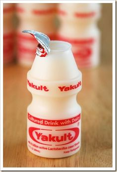 Yakult is a popular drink originating from Japan. Many believe the product is healthy for you because it is a probiotic. However, there has been counter research against this claim. It is a milk-like drink that has a sweet taste to it. Most come in small bottles, and from experience let me just tell you it is hard to stop at just one! Faça 1 litro de Yakult Caseiro com Apenas 4 Ingredientes! É muita economia e sabor para toda a sua família! Experimente! Veja Também: Danoninho Caseiro Vej
