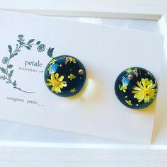 """petale on Instagram: """"星空ドームイヤリング。 仕事を終えて帰宅すると田舎の我が家の周りは真っ暗で、空にはキラッキラのお星様がたくさん🌟 アクセサリーにできないかなぁと昨夜ごそごそ制作。笑 petaleらしい夜空になってるかな? ミンネにも載せています。 #petale #handmade…"""" Uv Resin, Resin Art, Resin Flowers, Dried Flowers, Diy Resin Crafts, Resin Charms, Resins, Resin Pendant, Crafty Craft"""