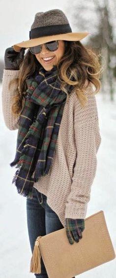 Hellbeige Oversize Pullover, Dunkelblaue Jeans, Beige Leder Clutch, Dunkelgrüne Lederhandschuhe mit Schottenmuster für Damen