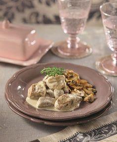 Τα γαργαλιστικά αρώματα από το κρεμμύδι και τον κόλιανδρο, το χρώμα από το ροζέ κρασάκι και η γεμάτη γεύση από την κρέμα γάλακτος κάνουν το πιάτο αυτό μια  εξαιρετική επιλογή για το κυριακάτικο αλλά και το γιορτινό τραπέζι σας.