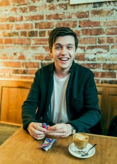 pictures of Nick Robinson Nick Robinson, Amor Simon, Love Simon, Beautiful Boys, Pretty Boys, Beautiful People, Simon Spier, Great Love Stories, Poses