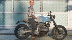 Ihr erstes Moped kauft sich die Österreicherin im Alter von 16 Jahren vom Ferienarbeitslohn. Ein paar Fahrzeuge und viele gefahrene Kilometer später treffen wir die Wirtschaftswissenschaftlerin auf ihrer selbst umgebauten K 100 und sprechen über ihre Motorrad-Leidenschaft.