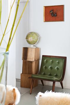 Silla de cuero verde del Chelsea Flea Market, como el globo vintage sobre trozos de madera en From The Sources. Foto Manolo Yllera  Mucho estilo - AD España, © Manolo Yllera