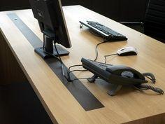 Kabels op het bureau wegwerken kan zo simpel zijn.. En het levert zo veel ruimte en rust op! Lekker verder werken dus. Zie onze oplossingen op www.ocsystems.nl