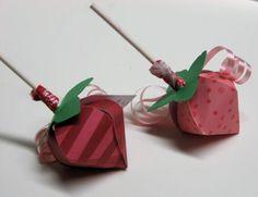 Caja de fresa con chupetin para baby shower - https://manualidadesparababyshower.net/caja-de-fresa-con-chupetin-para-baby-shower/