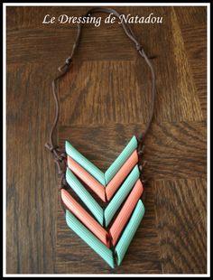 Collier d'indien réalisé à partir de nouilles peintes. Les nouilles sont enfilées sur un cordon. Faire des noeuds pour qu'elles restent en place.