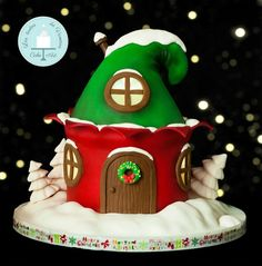 "CPC Red & Green ""Christmas house of elves"" - cake by Vanessa Rodríguez Christmas Themed Cake, Christmas Cupcakes Decoration, Christmas Cake Designs, Christmas Cake Topper, Christmas Deserts, Green Christmas, Christmas Treats, Christmas Baking, Christmas Cookies"