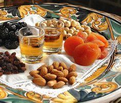 Postre de músic. Las postre de músico son unas postres tradicionales muy sencillas, consistentes en un puñado de frutos secos variada, típicamente almendra marcona y longitud, avellana y piñones , a menudo acompañado de un vasito de moscatel . A veces puede contener otros frutos secos e incluso hay versiones que incluyen Fruta desecada , como pasas , albaricoques o higos. With Moscatell drinks and with Almods, nuts etc...Lovely! Catalonia Typical healthy dessert.