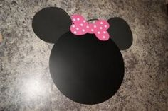 If you are looking for an inexpensive and creative party favor for your child's birthday, here's a cute Minnie Mouse chalk board tutorial.