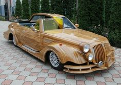 """Chimera"""" - the creation of Ukrainian designer Vasily Lazarenko, who decided to combine in one car and retro and modern style.Why would such a creative - it is not clear, but the eccentric wooden cabin car always attracts glances."""