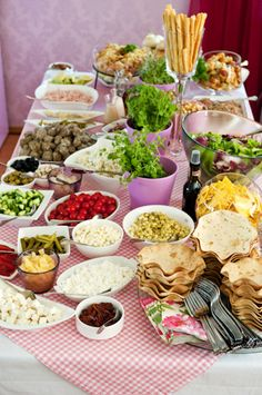 Hellapoliisi - Salaattipöytä juhlahetkeen Finland Food, Party Platters, Catering Food, Party Planning, Buffet, Food And Drink, Veggies, Yummy Food, Lunch