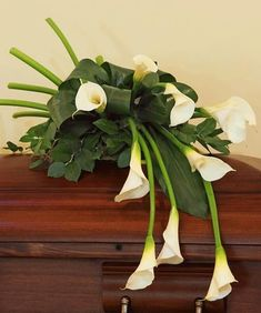 Adorn the casket with a loving and elegant casket spray during the funeral service. Nanz & Kraft offers express delivery of casket flowers to Louisville funeral homes backed by our satisfaction guarantee. Arrangements Funéraires, Funeral Floral Arrangements, Beautiful Flower Arrangements, Beautiful Flowers, Church Flowers, Funeral Flowers, Ikebana, Funeral Caskets, Casket Flowers
