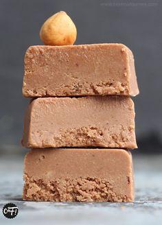 Le gianduja est un praliné à l'italienne, composé de sucre glace, de noisettes torréfiées et de chocolat au lait.