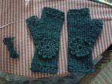 Mitones o guantes sin dedos tejidos a mano con lana gruesa y decorados con flores de ganchillo