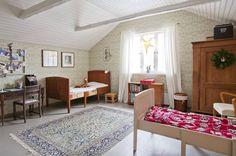 Tyttöjen huone on väritykseltään hempeämpi kuin poikien huone. Vanha kirjoituspöytä on hankittu antiikkiliikkeestä ja se kunnostettiin Wanhain Restaurointi -liikkeessä. Myös sängyt on hankittu antiikkiliikkeestä.