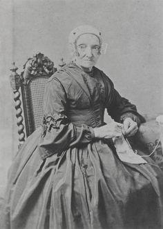 Stijntje Blom-Hendriks uit de Zaanstreek. Ze draagt de korte Zaanse kap zonder voornaald (zij is weduwe). Verder is zij gekleed in een zijden modejapon. ca 1860 #NoordHolland #Zaanstreek