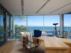 今回ご紹介するのは、広い海を見ながら作業ができる、憧れのオーシャンビューを備えたホーム・オフィスデザインです。 青く開放的な大海原を見ながら作業をすれば、集中できる上に目の癒やしにもなり、オフィスとしては最高の環境かもし …
