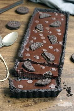 Denso, cremoso, chocolatudo e feito com Oreo! Não tem como não ficar gostoso! Surpreenda-se com essa Torta de Oreo com Chocolate super fácil de fazer e não precisa de forno!