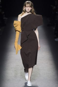 The emphasis is set in the yellow glove, the glove is the first thing you look at because it is compared to a dress with no colour