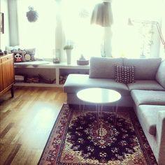 Fint med persisk matta till grå soffa. Från Nookelins instagram.