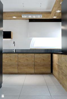 oswietlenie kuchni - podwieszone drewno Nowoczesna kuchnia z frontami w dwóch kolorach - zdjęcie od Michał Ślusarczyk