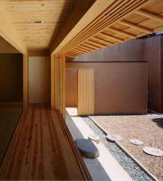 縁側というと、日本の伝統的な和風住宅のしつらえと感じがちですが、実は縁側にはとても数多くの魅力があります。こんなにたくさんの魅力があるのなら、ぜひ現代のモダン…