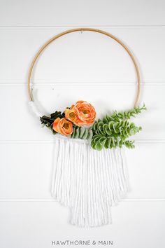 Love how easy this wreath looks to make. This will look amazing on my front door. Totally pinning!