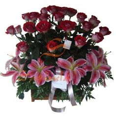 Arreglo compuesto por:        24 Rosas Bicolor      6 Lirios Orientales Rosados      Follaje Helecho Cuero      Base en Vidrio, Madera o Canasta