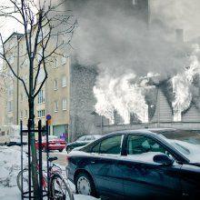 Vaasankatu / 9.7.1941 / Puutalo on liekeissä Vaasan- ja Kustaankadun kulmassa. Helsinkiä kohdanneet pahimmat pommitukset tapahtuivat viikko jatkosodan syttymisen jälkeen heinäkuussa 1941. Syyskesään 1942 asti Helsinki sai olla verraten rauhassa. Vuoden verran kaupunki oli lähinnä Lounais-Suomea pommittamasta palaavien viholliskoneiden varamaali.