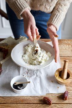 Śniadaniowa pasta twarogowa z daktylami, czarnuszką i mieszanką Garam Masala - Make Cooking Easier : Make Cooking Easier