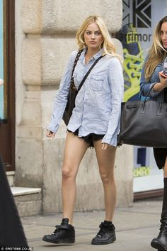 Margot Robbie puts on a VERY leggy display in super short denim hot pants as she hops on the tube in London | Daily Mail Online