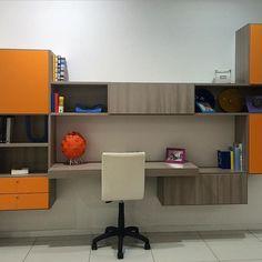 Parete attrezzata con scrivania. Vieni a vedere tutte le soluzioni che abbiamo da proporti nel nostro showroom. Siamo all'ingresso di Modugno (Bari) in via Roma 120.