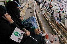 La mujeres de Arabia Saudí asisten a un partido de fútbol por primera vez. Esta medida se enmarca en el plan reformista impulsado por el príncipe heredero Mohamed Bin Salmán. Agencias   El País, 2018-01-12 https://elpais.com/internacional/2018/01/12/actualidad/1515790066_598162.html