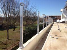 Installazione di parapetti a fissaggio in alluminio.