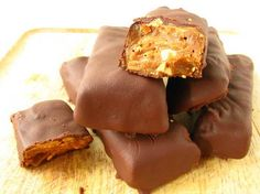 Homemade Butterfingers (Vegan,Gluten/Dairy/Soy/Corn/Refined Sugar-Free) by Real Sustenance Foods With Gluten, Gluten Free Desserts, Dairy Free Recipes, Vegan Desserts, Just Desserts, Delicious Desserts, Vegan Recipes, Yummy Food, Candy Recipes