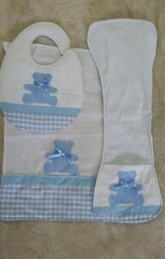 A coleção ursinho azul é composta por 1 babador, 1 paninho de boca, 1 toalha fralda, 1 cueiro, 1 paninho de ombro e 1 quadrinho bastidor (15 cm de diâmetro). Feita em tecido 100% algodão nos tons azul e branco, um mimo para o seu bebê, com patchcolagem de ursinho. Baby Sewing Projects, Sewing For Kids, Baby Embroidery, Baby Kit, Baby Alive, Baby Bedroom, Baby Store, Baby Crafts, Applique Designs