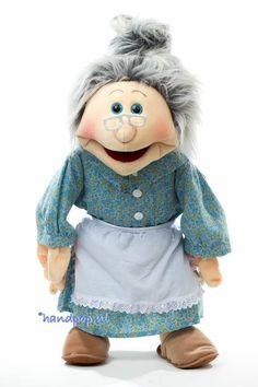 Oma Janna is een prachtig uitgevoerde oma handpop, ze is 65 cm groot, haar hoofd en handen zijn te bespelen en ze is van het merk Living Puppets
