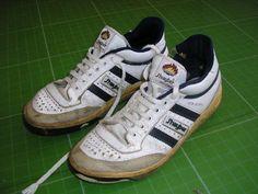 Si se te han manchado las zapatillas, puedes dejarlas como nuevas: Mezcla dos cucharadas de alcohol de quemar con otra de leche, frota el ...
