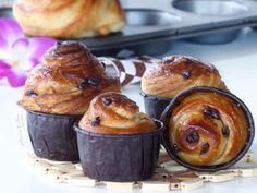 😍CRUFFIN CON GOCCE DI CIOCCOLATO😍, un incrocio tra croissant e muffin. Quelli che vi propongo oggi sono realizzati con un impasto senza uova e arricchito con cioccolato fondente. Tuttavia, è possibile gustarli semplici oppure farcirli, una volta cotti, con la crema o la marmellata preferita. Per l'effetto finale, personalmente, li preferisco spennellati con la glassa lucida per brioche (di solito, invece, vengono perlopiù cosparsi di zucchero al velo)😋. Muffin, Croissant, Bon Appetit, Breakfast, Cakes, Cream, Brioche, Morning Coffee, Cake Makers