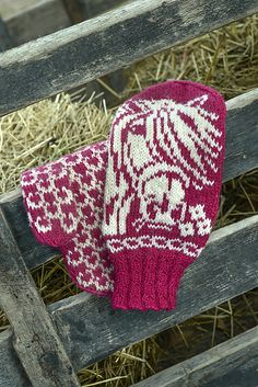 Ravelry: Flowing Manes / Liinaharjat pattern by Lumi Karmitsa Knitted Mittens Pattern, Fair Isle Knitting Patterns, Crochet Mittens, Knitted Gloves, Knitting Socks, Knitting Stitches, Baby Knitting, Knooking, Easy Yarn Crafts