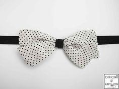 Hanami - Papillon artigianale realizzato completamente a mano Modello: Hanami Motivo: pois nero su fondo bianco Materiale: 100% seta 100% Made in Italy Dimensioni donna: larghezza 15,5 cm e altezza 7 cm