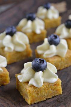 Ja, det er januar, men det er likevel viktig å kose seg litt, særlig i helgen. 🙂 Denne kaken må jo være sunn også, den er jo stappet med gulrøtter og toppet med blåbær! 😉 Jeg liker å servere den i små biter, da får man en helt perfekt blanding av krem, bær og kake … Sweets Cake, Let Them Eat Cake, Cake Cookies, Doughnut, Cake Recipes, Cheesecake, Food And Drink, Treats, Snacks