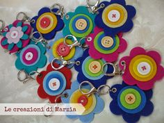 portachiavi in feltro Crafts To Make And Sell, Diy And Crafts, Crafts For Kids, Fabric Wreath, Felt Fabric, Dance Crafts, Felt Keychain, Felt Bookmark, Jw Gifts