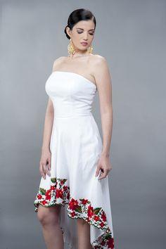 Hermoso vestido de lino blanco con bordados en la parte inferior
