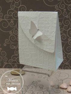 Boîte à dragées Rosine de couleur blanche réalisée dans un cartonnage de qualité d'aspect gaufré. Son élégant papillon assure la fermeture de l'ensemble, rehaussant la simplicité de ce ballotin à dragées mariage http://www.maison-des-delices.fr/contenants-a-dragees-mariage-ballotin-776