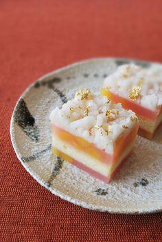 本日の和菓子 茶席上生菓子『白秋』 はくしゅう  あっさりと炊き上げた薄紅色の栗羊羹と 浮島かすてらの流し合わせ物です。 上部はつくね芋から...