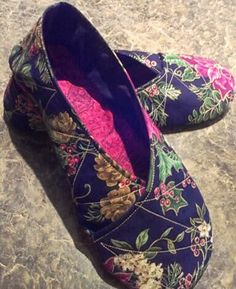 Sewing Quilts Quilt, Knit, Run, Sew: Make your own Kimono Slippers Crochet Shoes, Crochet Slippers, Felt Slippers, Japanese House Slippers, Sewing Tutorials, Sewing Patterns, Sewing Projects, Sewing Slippers, Scrappy Quilts