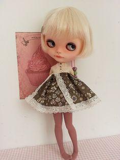 Léonie adore sa nouvelle robe, et a pris la pose pour la photo.   Flickr - Photo Sharing!